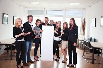 Geschäfts Gruppe 8 Personen mit Banner im Büro