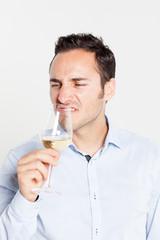 Somelier riecht am Wein