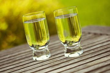 Zwei Gläser gefüllt mit Wasser
