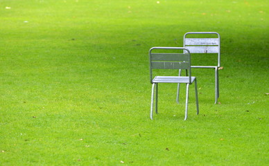 pelouse verte et chaises