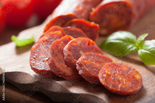 Papiers peints Viande spanish chorizo sausage with basil on chopping board