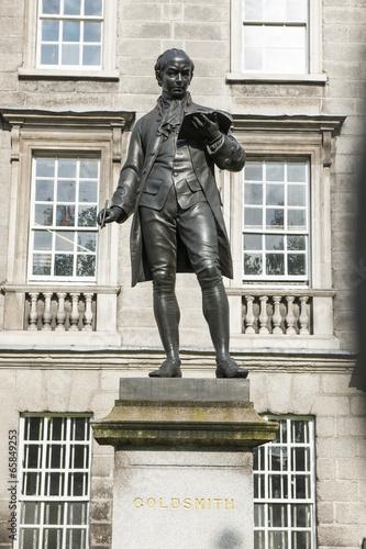 Statue von Oliver Goldsmith beim Trinity College, Dublin t-shirt