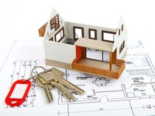 Haus im Bau mit Plan und Schlüssel