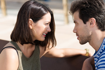 verliebtes junges paar unterhält sich