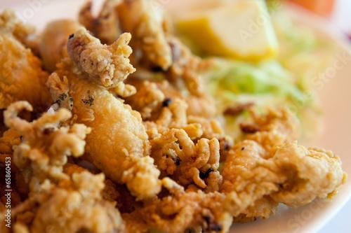 kalmar smażony mały ośmiornica owoce morza - 65860453