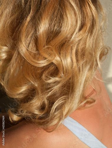 Kobieta Młoda blondynka piękny lustro loki włosy fryzjer Poster