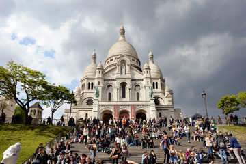 Sacré-Cœur and crowd of turists