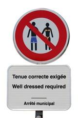 Panneaux de tenue correcte exigée dans une station balnéaire