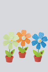 Tresf macetas decorativas con flores de colores