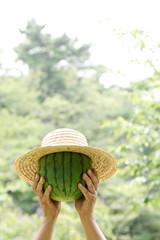 帽子をかぶった西瓜