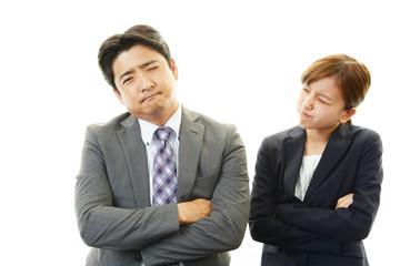 苦悩するビジネスマンと怒るOL