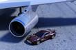 Sportwagen auf dem Vorfeld vor Flugzeugturbine