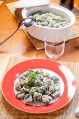 Piatto di gnocchi verdi