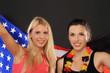 Amerikanisches und Deutsches Mädchen mit Flaggen