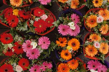 Viele bunte Blumensträuße in Vogelperspektive