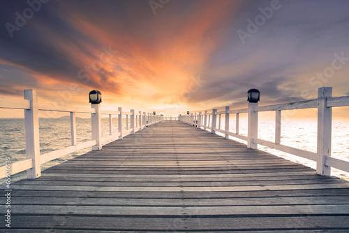 stare drewno bridg molo z nikt przed piękny ciemne niebo użytkowania