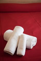 asciugamani piegati sul letto in hotel