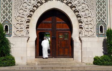 Musulman entrant à la mosquée pour aller prier