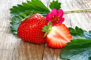 frische Erdbeeren auf Holz