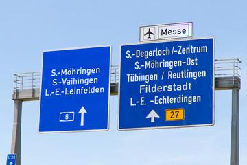 Autobahnschild auf der A 8 bei Stuttgart Möhringen