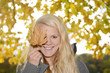 junge Frau mit Herbstblatt