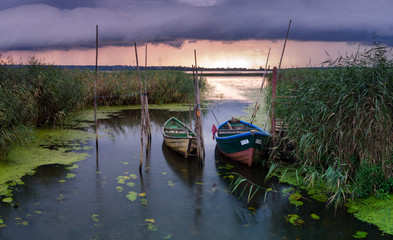 Przystań rybacka przed burzą
