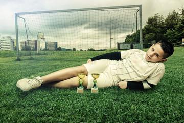 Gewinner liegt auf Fussballrasen