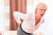 Seniorin hat zuhause einen Hexenschuss