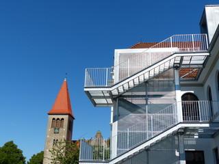 Fluchttreppe der Grundschule Helpup vor blauem Himmel