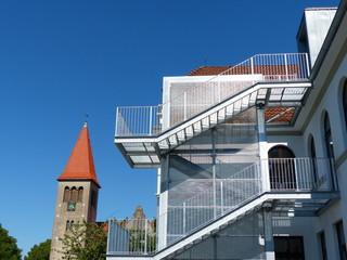 Moderne Fluchttreppe an der Grundschule Helpup bei Oerlinghausen