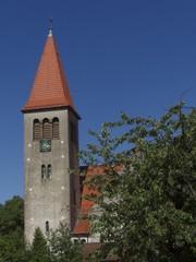 Dörfliche Idylle mit Kirchturm und blauem Himmel in Helpup