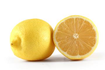 Лимон и половинка лимона