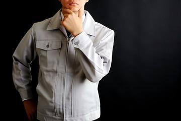 作業服を着た男性の仕草
