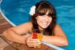 Frau im Pool mit einem Glas in der Hand