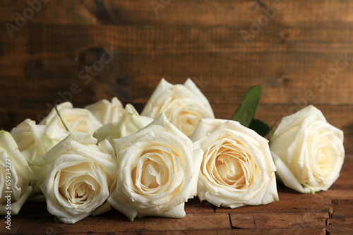 Papiers peints Roses Beautiful white roses on wooden table