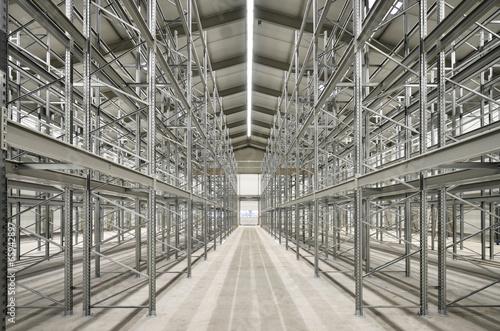 leeres Stahlbau-Hochregallager - 65942897