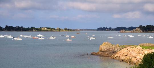 Beau paysage de mer avec rochers bateaux couleurs