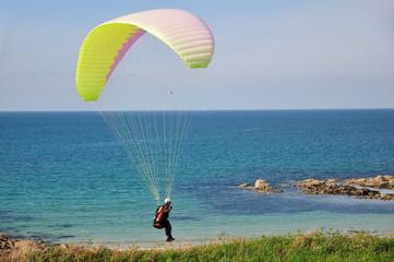 Parachutiste au-dessus d'une plage en Bretagne