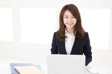 コンピューターを見る女性 ビジネス