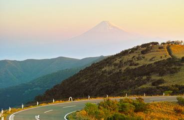 早朝の西伊豆スカイラインと富士山