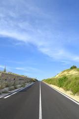Strada con muro di pietra a sx
