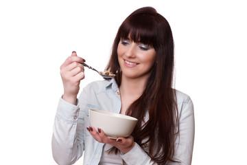 Glückliche Frau beim Frühstück mit Müsli