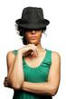 Ragazza sexy mora riccia con cappello