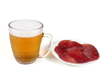 Кружка пива и тарелка мяса