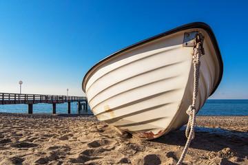 Ein Fischerboot am Strand der Ostsee.
