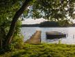 canvas print picture - Ein Steg und Boote am See.