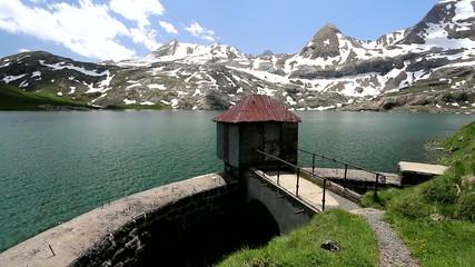 Digue dans un lac en montagne