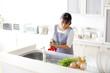 キッチンで家事をする女性