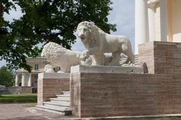 Скульптуры львов на крыльце старинной дворянской усадьбы