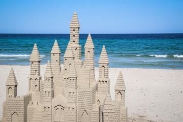 Gigantische Sandburg am Strand